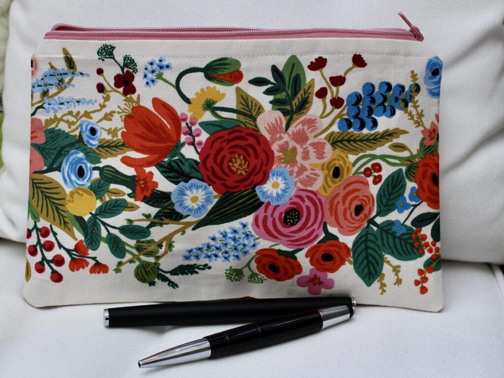 Hübsche kleine Tasche gegen das Chaos in der Handtasche, im Koffer oder auf dem Tisch